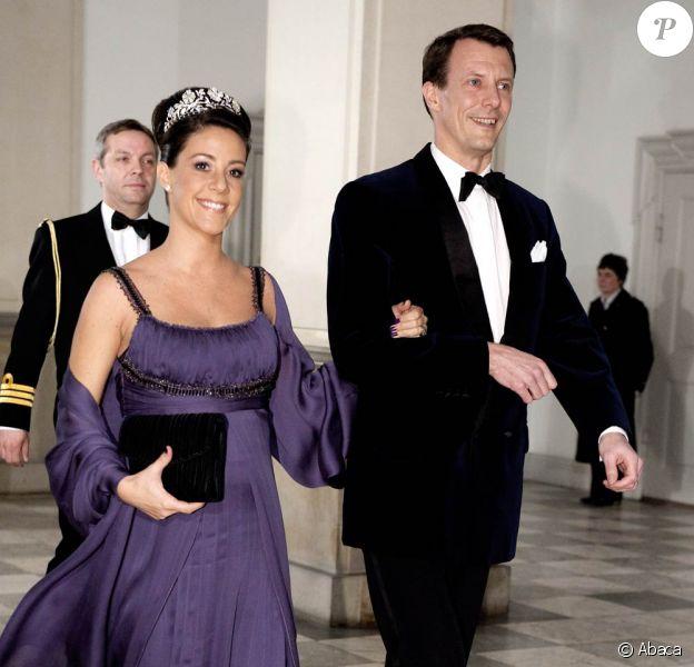 """Un dîner """"en toute simplicité"""" au Palais Royal Christiansborg de Copenhague : Marie de Danemark, que sa grossesse sublime, et le prince Joachim, prêts à passer à table !"""