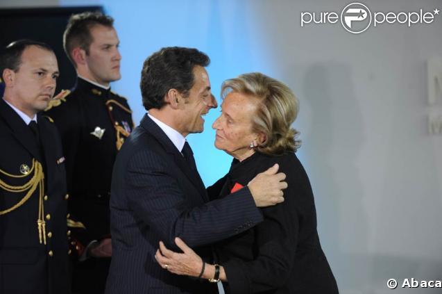 Bernadette Chirac reçoit les insignes de chevalier de la Légion d'honneur des mains du président Nicolas Sarkozy, le 18 mars 2009 à la Maison de Solenn