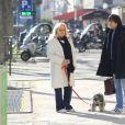 Sylvie Vartan, souriante, devant les photographes à la sortie de l'institut de beauté Carlota avec son chauffeur et son chien Muffin à Paris, le 16 février 2018.