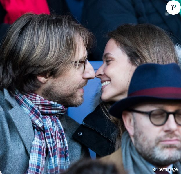 Ophélie Meunier et son mari Mathieu Vergne dans les tribunes du match PSG - Strasbourg (5-2) au Parc des Princes à Paris le 17 février 2018, une semaine jour pour jour après leur mariage à la mairie du XVIIe arrondissement.