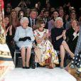 """La reine Elizabeth II au défilé Richard Quinn lors de la Fashion Week de Londres le 20 février 2018. Lors du show, la souveraine était entourée de Caroline Rush (British Fashion Council) et de la papesse de la mode Anna Wintour. La reine était présente pour remettre au styliste  le premier """" prix Elizabeth II de la mode """", une récompense qui sera désormais décernée tous les ans à un nouveau talent du secteur."""
