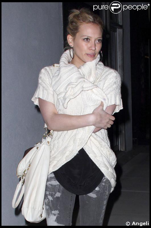 Hilary Duff, dans un joli pull blanc pour affronter la nuit californienne, quittant un restaurant de Toluca Lake à Los Angeles le 19 mars 2009