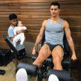 Cristiano Ronaldo fait de la musculation devant sion fils Cristiano Jr et l'un de ses jumeaux. Instagram, le 25 octobre 2017.