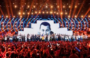 Les Enfoirés 2018 - Michaël Youn appelle à la paix : Son message fort !
