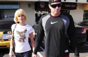 Paris Hilton veut tellement se convaincre de son nouvel amour pour Doug... qu'elle le traîne faire des photos de leur couple !