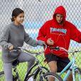 Selena Gomez et Justin Bieber font une balade à vélo dans les rues de Los Angeles le 1er novembre 2017