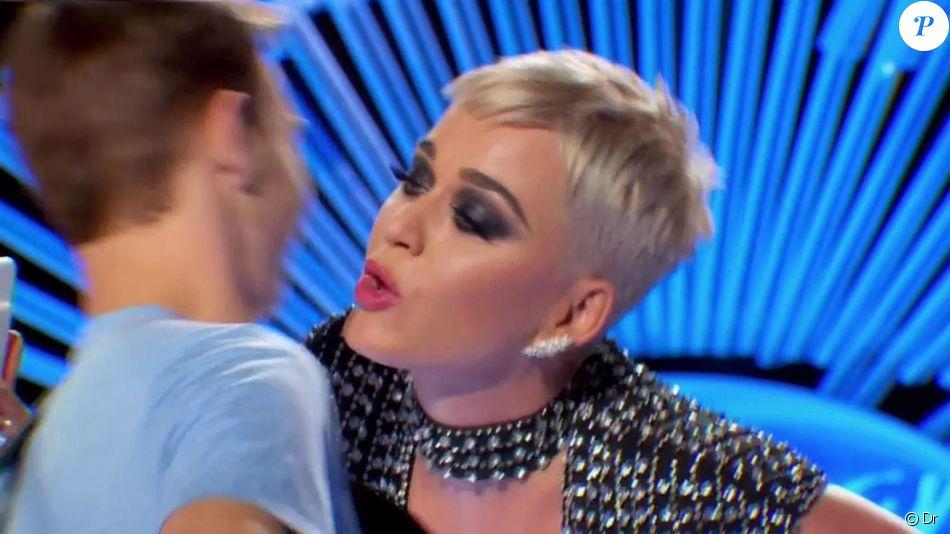 Katy Perry, jury de American Idol, embrasse un jeune candidat pendant l'enregistrement de l'émission, à Los Angeles, le 11 mars 2018.