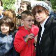 François Cluzet, Nadine Trintignant et deux de ses petits-fils - Inauguration du square Marie Trintignant dans le 4e arrondissement de Paris, le 13 mai 2007.