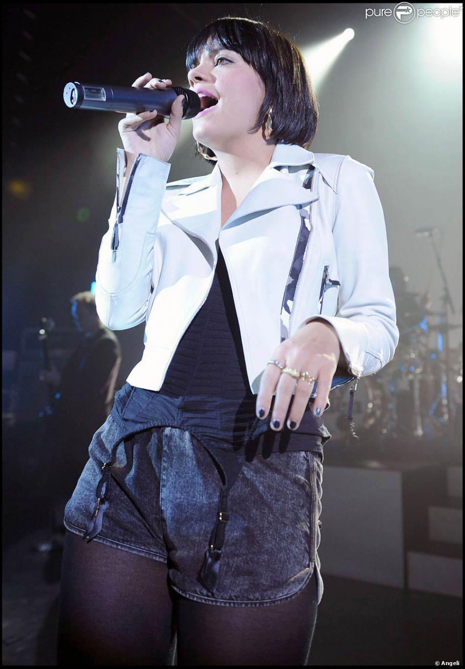 lily allen en tenue chic et choc sur sc ne londres le 26 mars 2009 purepeople. Black Bedroom Furniture Sets. Home Design Ideas