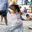 Exclusif - Eva Longoria, très enceinte, avec son mari José Baston sur une plage à Miami, le 26 mars 2018
