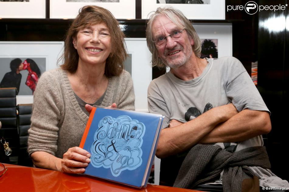 """Jane Birkin et son frère Andrew dédicacent le livre """"Jane et Serge : un album de famille"""", à la librairie Taschen à Paris, le 22 octobre 2013."""