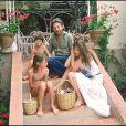 Serge Gainsbourg et Jane Birkin avec Kate Barry et Charlotte Gainsbourg, à Saint-Tropez le 19 juillet 1977.