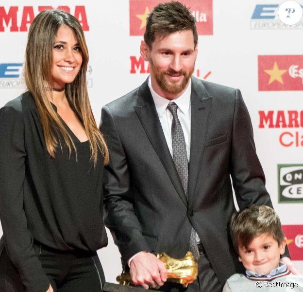 Lionel Messi reçoit son 4ème Soulier d'or européen en famille à Barcelone le 24 novembre 2017.