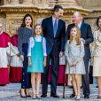 La famille royale d'Espagne - le roi Felipe VI, la reine Letizia, leurs filles la princesse Leonor des Asturies et l'infante Sofia, et le roi Juan Carlos Ier et la reine Sofia - lors de la messe de Pâques en la cathédrale Santa Maria à Palma de Majorque le 1er avril 2018.