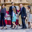La famille royale d'Espagne - le roi Felipe VI, la reine Letizia, leurs filles la princesse Leonor des Asturies et l'infante Sofia, et le roi Juan Carlos Ier et la reine Sofia - lors de la messe de Pâques, devant la cathédrale Santa Maria à Palma de Majorque le 1er avril 2018.