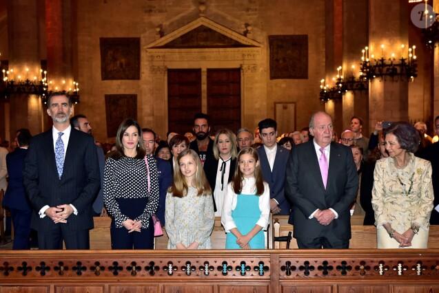 La famille royale d'Espagne - le roi Felipe VI, la reine Letizia, leurs filles la princesse Leonor des Asturies et l'infante Sofia, et le roi Juan Carlos Ier et la reine Sofia - pendant la messe de Pâques en la cathédrale Santa Maria à Palma de Majorque le 1er avril 2018.