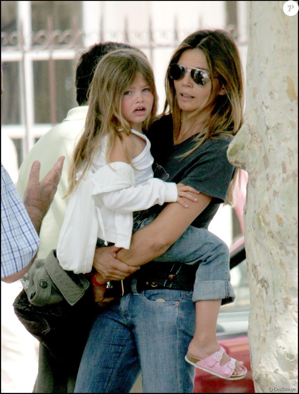 Veronika Loubry et sa fille Thylane à Saint-Tropez. Mai 2005.