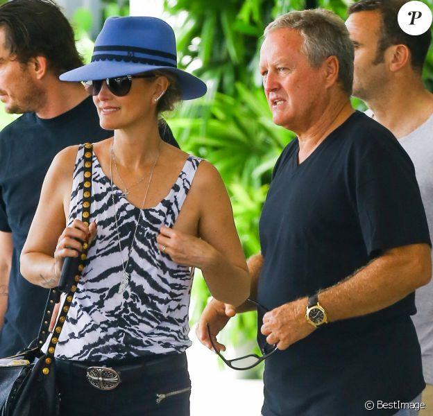 Johnny Hallyday et sa femme Laeticia quittant leur hôtel en compagnie de Sébastien Farran et du père de Laeticia, André Boudou, à Miami, le 12 mai 2014.