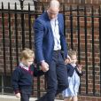 Le prince William avec ses enfants le prince George et la princesse Charlotte de Cambridge venant rendre visite à leur maman la duchesse Catherine et leur petit frère tout juste né le 23 avril 2018 à l'hôpital St Mary à Londres.