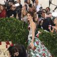 """George Clooney et Amal Clooney (robe Richard Quinn) à l'ouverture de l'exposition """"Corps célestes : Mode et imagerie catholique"""" pour le Met Gala à New York, le 7 mai 2018."""