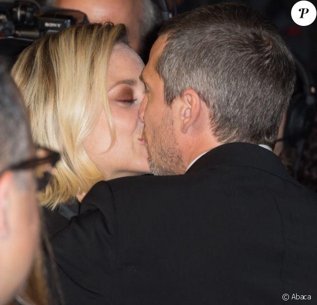 Guillaume Canet et Marion Cotillard s'embrassent amoureusement à la descente des marches pour le film Le Grand Bain à Cannes, le 13 mai 2018.