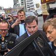 Allison Mack sort du tribunal à New York, le 24 avril 2018, avec son avocat.