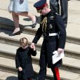 """Le prince George de Cambridge, petit """"pageboy"""" vêtu d'une réplique de l'uniforme des Blues and Royals porté par le prince Harry et le prince William, avec son père à Windsor le 19 mai 2018 au mariage du prince Harry et de Meghan Markle."""
