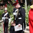 """Le prince George de Cambridge, petit """"pageboy"""" vêtu d'une réplique de l'uniforme des Blues and Royals porté par le prince Harry et le prince William, avec son père le duc de Cambridge au mariage du prince Harry et de Meghan Markle, à la sortie de la chapelle St George à Windsor le 19 mai 2018."""
