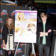 Emily Osment et Lucas Till au Planet Hollywood de New York lors de la promotion de la nouvelle décoration du restaurant et dans le cadre de la sortie du film Hannah Montana - 7 avril 2009