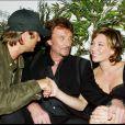 David Hallyday, Laura Smet et leur père Johnny à l'Amnesia, à Paris, le 1er octobre 2003.