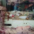 """Pochette de l'album de Pusha T, """"Daytona"""", sorti en mai 2018. La photo datée de 2006 représente la salle de bain de Whitney Houston couverte de produits et d'instruments utilisés pour consommer de la drogue. Kanye West (producteur de Pusha T) a dépensé 85 000 dollars pour obtenir les droits de ce cliché qui avait été publié à l'époque par le """"National Enquirer""""."""
