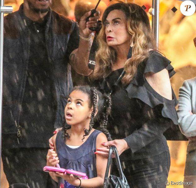 Exclusif - Malgré la pluie, Blue Ivy et sa grand-mère Tina Knowles sont allées aux Galeries Lafayette et chez Pizza Pino sur les Champs-Élysées pendant que les parents de Blue Ivy poursuivent leurs répétitions à la U Arena, le 25 mai 2018.