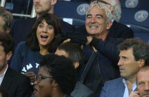 Raymond Domenech sous le charme d'une blonde : Estelle Denis s'en amuse !