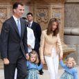 Letizia d'Espagne entourée de ses filles Leonor et Sofia et de son mari Felipe lors des fêtes de Pâques hier à Palma de Majorque.