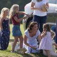 Catherine Kate Middleton, duchesse de Cambridge, la princesse Charlotte, pieds nus, lors d'un match de polo caritatif au Beaufort Polo Club à Tetbury le 10 juin 2018.