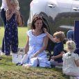 """Catherine Kate Middleton, duchesse de Cambridge, le prince George, la princesse Charlotte, pieds nus, lors d'un match de polo caritatif au Beaufort Polo Club à Tetbury le 10 juin 2018. Le Maserati Royal Charity Polo Trophy est destiné à recueillir des fonds pour deux organismes de bienfaisance, """"The Royal Marsden"""" et """"Centrepoint""""."""