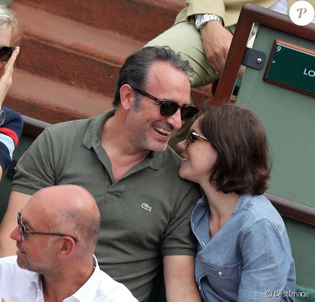 Jean Dujardin et sa femme Nathalie Péchalat dans les tribunes des Internationaux de France de Tennis de Roland Garros à Paris, le 10 juin 2018. © Dominique Jacovides - Cyril Moreau/Bestimage