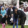 Barack Obama et Sasha (à gauche) et Malia (à droite)lors du lundi de Pâques à la Maison Blanche le 13 avril 2009