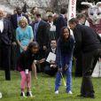 Barack Obama et ses filles Sasha (à gauche) et Malia (à droite) lors du lundi de Pâques à la Maison Blanche le 13 avril 2009