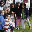 Barack et Michelle Obama posant avec leurs filles et les enfants invités lors du lundi de Pâques à la Maison Blanche le 13 avril 2009