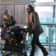 Russell Brand, sa femme Laura et leur fille Mabel lors d'un voyage entre Londres et Los Angeles, en février 2018.