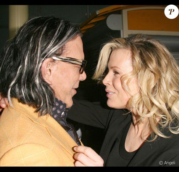 Tendres retrouvailles entre Kim Basinger et Mickey Rourke lors de l'avant-première de The Informers à Hollywood, le 16/04/09