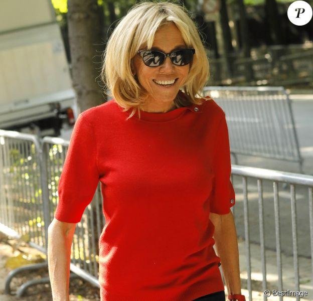 La Première dame Brigitte Macron se promène avenue Gabriel à Paris le 2 juillet 2018 CVS / Veeren / Bestimage