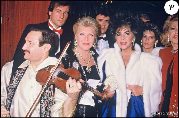 Elizabeth Taylor, Line Renaud et Jacques Chirac lors d'une soirée contre le sida à Paris, le 26 novembre 1985.