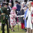 Le prince Andrew, duc d'York - La reine Elisabeth II d'Angleterre salue les invités lors de la garden party au palais de Holyroodhouse à Edimbourg le 4 juillet 2018.  Queen Elizabeth II speaks to guests as she hosts a garden party at the Palace of Holyroodhouse in Edinburgh.04/07/2018 - Edimbourg