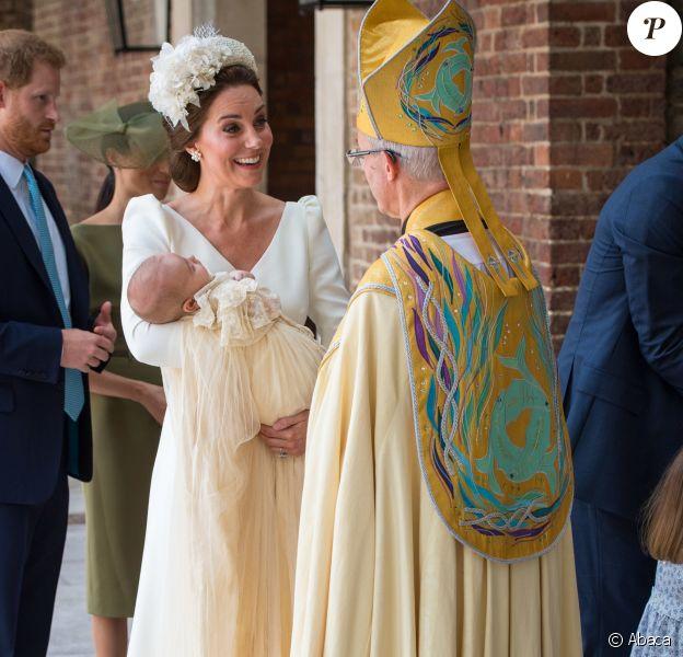 La duchesse Catherine de Cambridge, en robe Alexander McQueen, et le prince William ont fait baptiser leur fils le prince Louis de Cambridge le 9 juillet 2018 en la chapelle royale du palais St James, à Londres.