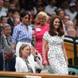 La duchesse Catherine de Cambridge (Kate Middleton) et la duchesse Meghan de Sussex (Meghan Markle) dans la royal box à Wimbledon le 14 juillet 2018.