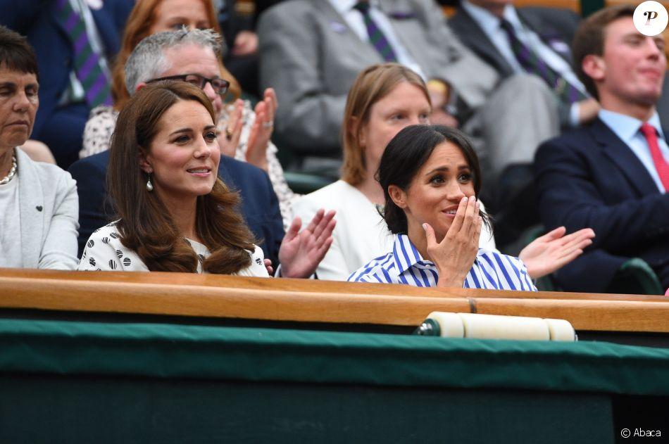 La duchesse Catherine de Cambridge (Kate Middleton) et la duchesse Meghan de Sussex (Meghan Markle) dans la royal box à Wimbledon le 14 juillet 2018.