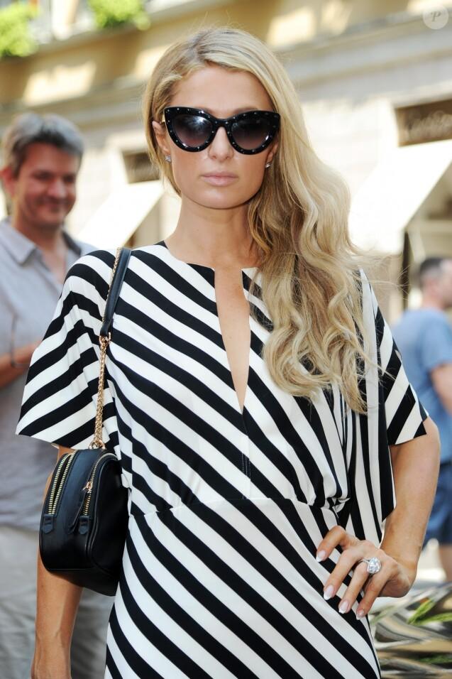 Paris Hilton et son compagnon Chris Zylka font du shopping à Milan le 16 juin 2018.