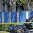Une BMW est garée près du vendeur de moto où le rappeur XXXTentacion a été assassiné le 18 juin 2018 à Miami.
